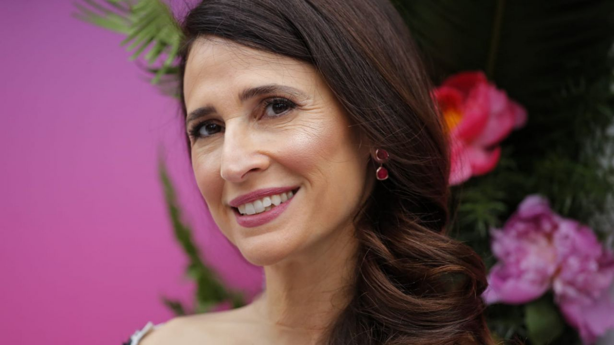 The Unicorn : Michaela Watkins face à Walton Goggins